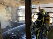 Der Balkon brannte komplett aus, doch verletzt wurde glücklicherweise niemand. (Bild: Kantonspolizei Wallis)