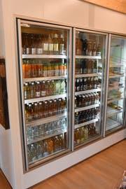 PET raus – Glas rein. Das ganze Getränkeangebot soll nur noch in Glasflaschen erhältlich sein. (Bild: Urs M. Hemm)