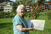 Ist viel in der Natur anzutreffen: Lilly Langenegger bei ihrem Wohnhaus in Gais. In ihren Händen hält sie das Buch «Zita und Bläss». (Bild: Alessia Pagani)