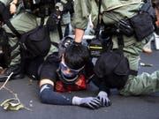 Bei Protesten von Regierungsgegnern in Hongkong ist es erneut zu Ausschreitungen gekommen. (Bild: KEYSTONE/EPA/JEROME FAVRE)