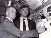 Erster Deutscher im All: Sigmund Jähn (links) im Jahr 1990 mit dem Astronauten Ulf Merbold. Nun ist Jähn mit 82 Jahren verstorben. (Bild: KEYSTONE/AP AO/MARGRET PFEIL)