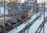 Der Autoverlad in Realp ist in die Jahre gekommen und muss umfassend erneuert werden. Dabei soll auch das Bahnhofgebäude und das Bistro abgerissen und durch einen Neubau ersetzt werden (Bild: Gaetan Bally/Keystone, 23. März 2013)