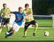 Duell zweier Mittelfeldspieler: Der Gunzwiler Thimo Fleischli (rechts) versucht den Hochdorfer Levin Weibel am Vorbeikommen zu hindern. Bild: Jakob Ineichen (Gunzwil, 21. September 2019)