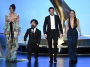 Die Schauspieler Lena Headey, Peter Dinklage, Kit Harington und Emilia Clarke der US-Fantasyserie «Game of Thrones» während der Emmy-Gala auf der Bühne in Los Angeles. (Bild: KEYSTONE/AP Invision/CHRIS PIZZELLO)