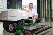 Ronovatec-CEO Marcus Riva mit dem Prototypen des autonomen Mähroboters. (Bild: Christian H. Hildebrand, Rotkreuz, 14. September 2019)