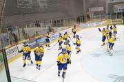 Die Uzwiler feiern den Sieg wie einen Meistertitel. (Bild: Tim Frei)
