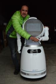 Matthias Gehring, Gemeindepräsident von Hauptwil-Gottshaus, mit dem Roboter Cruzr. (Bild: Georg Stelzner)
