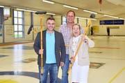 Spielleiter Michael Höchner, Genossenschaftspräsident Markus Fässler und Marketingchefin Jeannine Ballabio in der Curlinghalle. (Bild: Mario Testa)