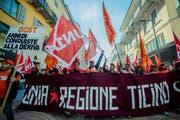 Bauarbeiter demonstrieren in Bellinzona für bessere Arbeitsbedingungen. (Bild: Carlo Reguzzi/Keystone, 9. November 2015)