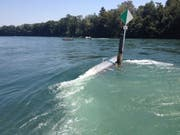 Ein Boot bleibt an einer Wiffe hängen. Die Insassen konnten sich ans Ufer retten. (Bild: PD/Kapo Thurgau/2012)