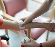 Das Hausarztmodell ist bei vielen Krankenkassen das günstigste Angebot. Symbolbild: Gaëtan Bally/Keystone