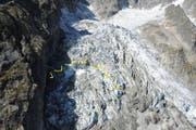 Folge der Klimaerwärmung: Der gelb markierte Teil des Mont-Blanc-Gletschers kann jeden Moment abbrechen. (Bild: EPA)