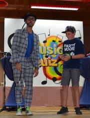 Clown Pipo mit einem Assistenten aus dem Publikum beim Ausführen eines Zaubertricks. (Bild: PD)