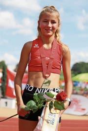 Shirin Kerber freut sich bei der Siegerehrung in Düdingen über die Goldmedaille. Bild: pd