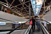 Die Rolltreppe führt hinauf zum Supermarkt. (Bild: Manuel Nagel)