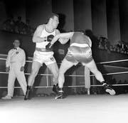 Der Schwergewichtskampf zwischen Max Bösiger (links) und Emil Hermann ging am 1. Dezember 1960 im alten Kunsthaus in Luzern über die Bühne. Bild: Keystone