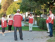Mitglieder des SC Hüetli üben unter der Obhut von Trainer Renato Soldati (mit Hut).