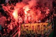 Am vergangenen Samstag, beim Heimspiel des FCSG gegen Servette, kam es zu massivem Abbrennen pyrotechnischer Materialien. (Bild: Urs Bucher)