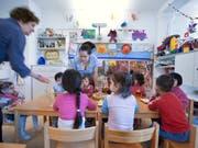 Wer seine Kinder extern betreuen lässt, kann künftig höhere Steuerabzüge machen. Es profitieren aber auch Eltern, die ihre Kinder selber betreuen. Das kommt vor allem Familien mit hohen Einkommen zugute. (Bild: KEYSTONE/GAETAN BALLY)