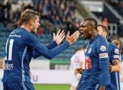 1:0-Siegtorschütze Blessing Eleke (rechts) und Vorlagengeber Pascal Schürpf jubeln nach dem Treffer. (Bild: Martin Meienberger/Freshfocus, Luzern, 26. September 2019)