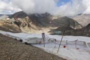 Folien sollen das Abschmelzen der Gletscher in Skigebieten verlangsamen. (Bild: Keystone)
