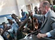 Nach dem Ende seiner Politkarriere widmete sich Chirac unter anderem Hilfsprojekten in Afrika. Das Bild zeigt ihn 2005 bei einem Besuch in Dakar (Senegal). (Bild: EPA)