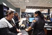 Eva Gerber an der Kasse des Migros-Restaurants freut sich, dass kurz nach der Eröffnung sogleich zwei Stammkundinnen als erste einen Kaffee bei ihr beziehen. (Bild: Manuel Nagel)