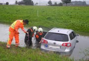 Rettungskräfte bei den Bergungsarbeiten. (Bild: Kapo Schwyz, Tuggen, 26. September 2019)