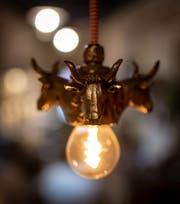 Sind beliebt: Die Lampenfassungen mit Kuhköpfen aus Zinn.