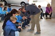 Jetzt kann es losgehen! Ausgerüstet mit einem Schweizer Sackmesser bearbeiten die Teilnehmer ihre Stöcke. (Bild: Leonie Herde)