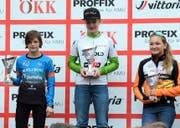 Elena Frei (Mitte) wird als Gesamtsiegerin ausgezeichnet. Bild: PD