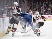 Ab den WM 2022 werden die WM auf kleinere Eisflächen im NHL-Format ausgetragen. Im Bild eine Szene aus einem NHL-Spiel zwischen den Arizona Coyotes und den Vancouver Canucks (Bild: KEYSTONE/AP The Canadian Press/DARRYL DYCK)
