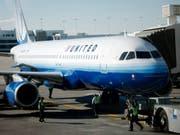 Weil eine Passagierin in der Board-Toilette eingesperrt war, musste eine Maschine der Gesellschaft United Airlines ungeplant in Denver zwischenlanden. (Bild: KEYSTONE/AP/DAVID ZALUBOWSKI)