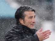 Steht im Regen da: Murat Yakin kassiert mit Schaffhausen die dritte Niederlage in Folge (Bild: KEYSTONE/EDDY RISCH)