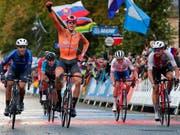 Zu früh gefreut: Der Niederländer Nils Eekhoff überquert an der Strassen-WM in England im U23-Strassenrennen die Ziellinie zwar als Erster, er wird nachträglich aber disqualifiziert. Der Thurgauer Stefan Bissegger (links) freut sich über WM-Silber (Bild: KEYSTONE/AP/MANU FERNANDEZ)