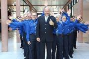 Kommandant Thomas Armbruster mit den neuen Beamtinnen und Beamten. (Bild: Zuger Polizei)