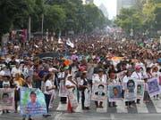 In Mexiko haben Demonstranten am Donnerstag (Ortszeit) erneut die Aufklärung der Umstände von 43 verschwundenen Studenten vor fünf Jahren gefordert. (Bild: KEYSTONE/EPA EFE/MARIO GUZMAN)