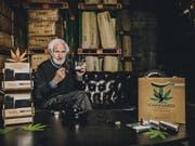 Verwaltungsratspräsident Heinrich Villiger mit der neuen Cannabis-Cigarillo. (Bild: Villiger)