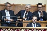 Bundesanwalt Michael Lauber (oben Mitte) freute sich über seine Wiederwahl. (Bild: KEYSTONE/Peter Klaunzer)