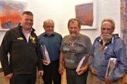 Das neue Ehrenmitglied Adrian Zurfluh ehrt die drei anwesenden neuen Freimitglieder Anton Achermann, Albin Fedier und Konrad Mattli (von links). (Bild: Georg Epp, Attinghausen, 24. September 2019)