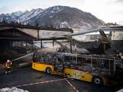20 Postautos wurden beim Brand am Abend des 16. Januars 2019 zerstört. (Bild: KEYSTONE/GIAN EHRENZELLER)
