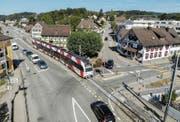Bei der Rössli-Kreuzung Frauenfelderstrasse/Stettfurterstrasse spitzt sich die Lage vor allem dann zu, wenn das Wiler-Bähnli passiert. Noch schliesst sich dafür aber keine Schranke. Auch die Altholzstrasse (Bildmitte nach oben) ist weiter beidseits befahrbar.Bild: Reto Martin