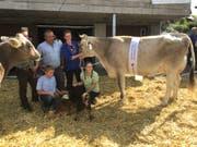Familie Rechsteiner mit Muesli, der neuen «Miss Hemberg». Links im Bild die Vizesiegerin Ella, aus dem gleichen Stall. (Bild: Urs Nobel)