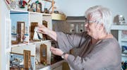 Prisca Schürpf bastelt Puppenhäuser mit selbst gemachtem Inhalt.Bild: Maria Schmid (Hagendorn. 26. September 2019)