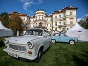 Mit dem DDR-Trabi in den gepflegten Park der deutschen Botschaft in Prag zu fahren, war 1989 natürlich nicht möglich. Damals war das Palais Lobkowitz auch nur die Botschaft der BRD. (Bild: KEYSTONE/EPA/MARTIN DIVISEK)