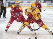 Im Duell der PostFinance-Topskorer behielt Langnaus Harri Pesonen (1 Tor) gegen Rapperswil-Jonas Roman Cervenks die Oberhand (Bild: KEYSTONE/MELANIE DUCHENE)