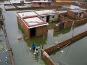 Ein überschwemmtes Dorf im indischen Bundesstaat Uttar Pradesch. (Bild: KEYSTONE/AP/RAJESH KUMAR SINGH)