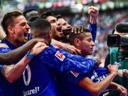 Die Schalker jubeln mit 2:0-Torschütze Amine Harit (Bild: KEYSTONE/EPA/FILIP SINGER)