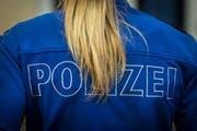 Abgesehen vom verbrannten Haarzopf blieb die Polizistin unverletzt. (Symbolbild: Benjamin Manser)