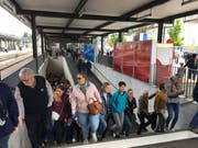 So viele Leute sieht der Bahnhof Schüpfheim wohl selten. (Bild: David von Moos)